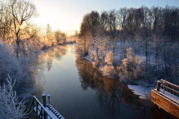 Mañana de invierno en un río de Suecia