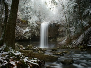 Maravillosa cascada en invierno