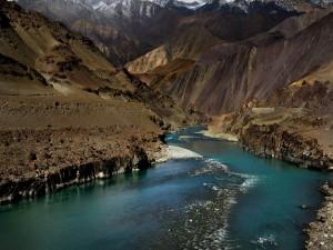 Majestuoso río entre montañas en la India