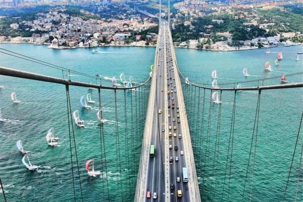 Puente con automóviles en Estambul, Turquía
