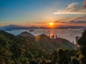 Un precioso sol iluminando el paisaje al atardecer