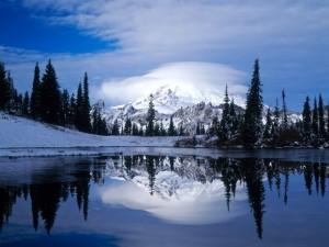 Postal: Gran nube cubriendo la cima de la montaña