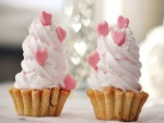 Helado con corazones rosas sobre unas ricas galletas