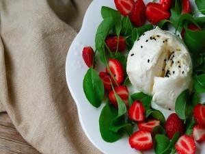Helado con ensalada de fresas