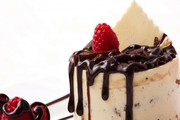 Pastel con frambuesas y dos chocolates