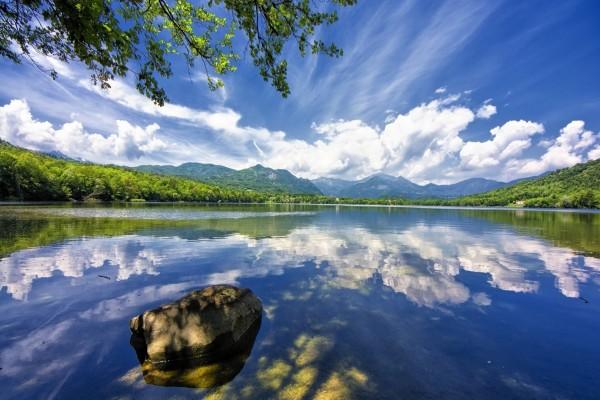 Lago en Avigliana, Italia