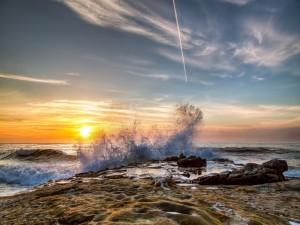 Postal: Espectaculares olas en una costa rocosa