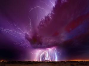 Noche violeta con tormenta eléctrica