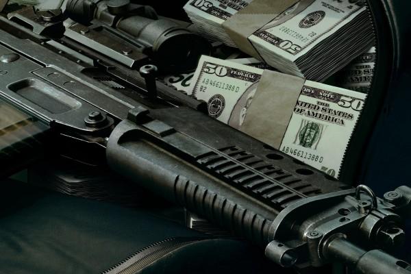 Billetes y un arma