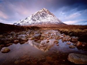 Montaña reflejada en el río