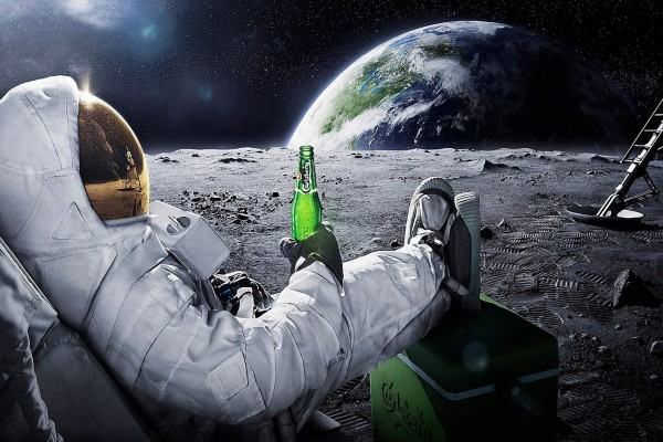 En la Luna contemplando la Tierra y tomando una cerveza