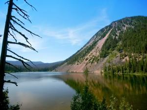 Una montaña junto al lago