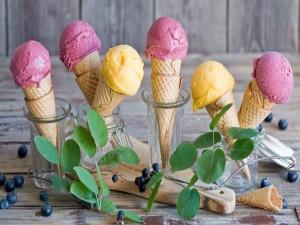 Postal: Espléndidos conos con helado en recipientes de vidrio