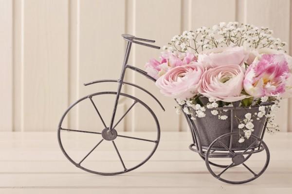 Original triciclo adornado con flores de color rosa