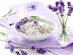 Flores lilas arómaticas, sales y una toalla