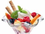 Deliciosa copa con helado y frutas