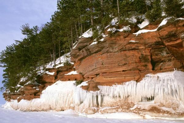 Nieve y hielo en la pared de roca