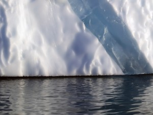 Postal: Gruesa pared de un iceberg