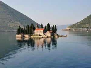 Islote Sveti Dorde (Isla San Jorge)  en la bahía de Kotor, Montenegro