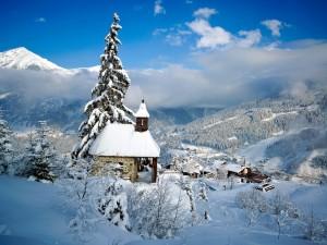 Vistas de un pueblo cubierto de nieve