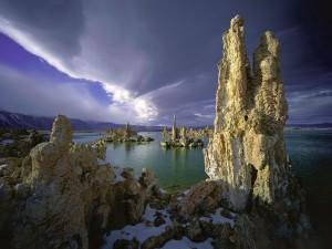 Curiosas formaciones rocosas en un lago
