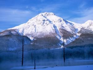 Bruma bajo la gran montaña nevada