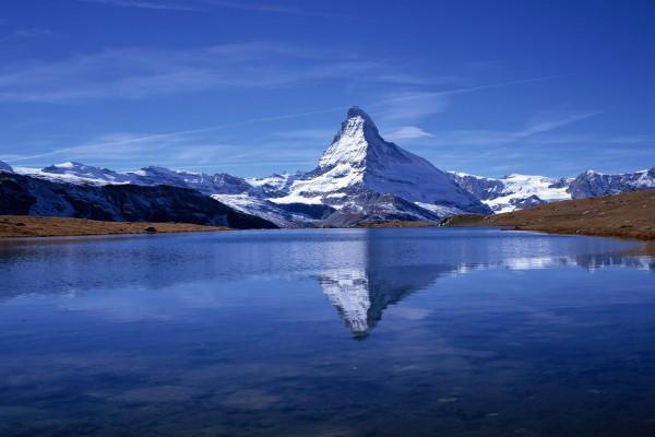 El monte Cervino reflejado en el lago