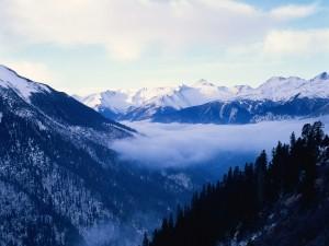 Postal: Nubes entre las montañas