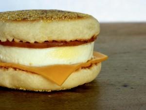 Sándwich redondo con quesos