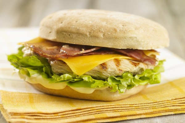 Hamburguesa de pollo con bacón y cheddar