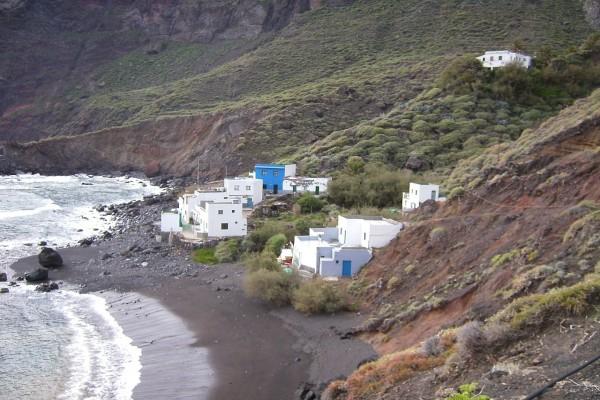 Vista del caserío y la playa de Roque Bermejo, Anaga (Santa Cruz de Tenerife)