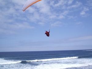 Parapente volando en la playa del Socorro, Los Realejos (Tenerife)