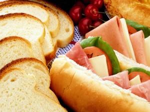 Bocadillos con jamón y unas rebanadas de pan