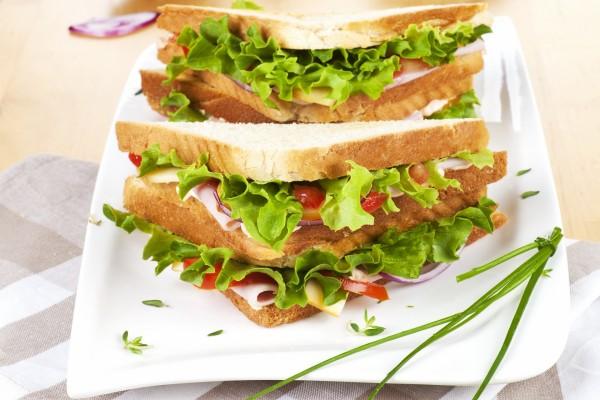 Sándwich triple con lechuga, jamón y queso
