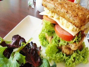 Sándwich acompañado de ensalada