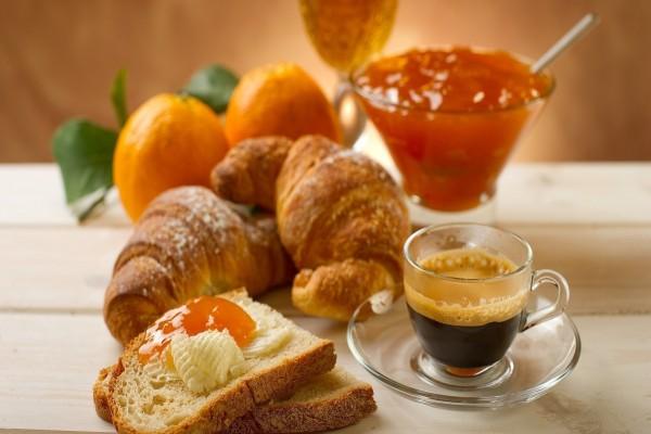 Tostadas con mermelada de naranja y café para el desayuno