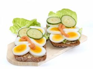 Pan con rodajas de pepino y huevo cocido