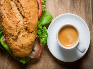 Bocadillo de jamón serrano y un café