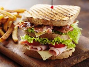 Un sándwich triple caliente muy apetitoso