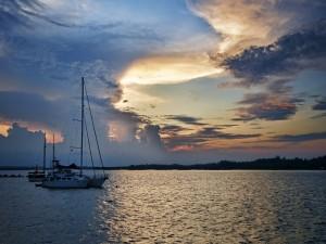 Postal: Magníficos barcos a la entrada del sol
