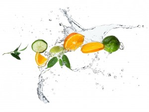 Limas y naranjas en el agua