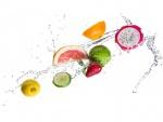 Deliciosas frutas en el agua