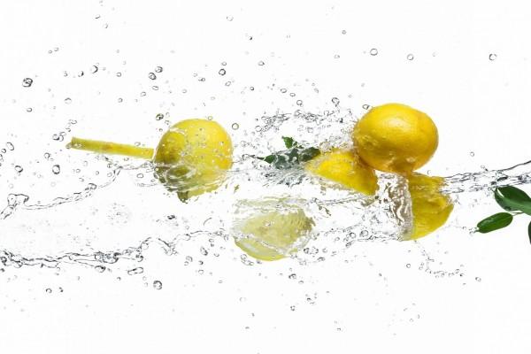 Limones bailando en el agua
