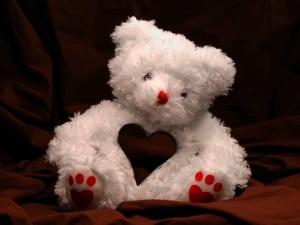 Postal: Adorable oso de peluche con un corazón