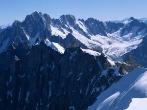 Inmensas montañas cubiertas de nieve