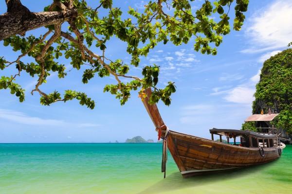 Una gran barca de madera en el mar