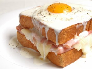 Postal: Sándwich de jamón y queso con un huevo y besamel