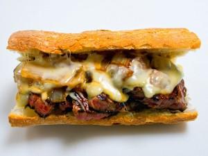 Postal: Bocadillo de carne y mucho queso fundido