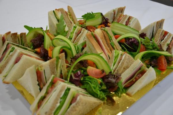 Bandeja con triángulos de sándwich