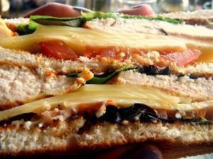 El relleno de un delicioso sándwich de pollo
